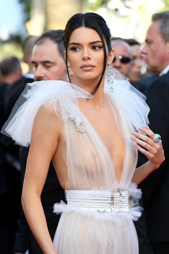 Khi đến dự Liên hoan phim Cannes 2018, Kendall từng diện bộ cánh làm từ chất liệu vải xuyên thấu mỏng manh. Cô không hề sử dụng áo lót hay miếng dán ngực, chẳng ngại ngần tạo dáng giữa hàng trăm ống kính.