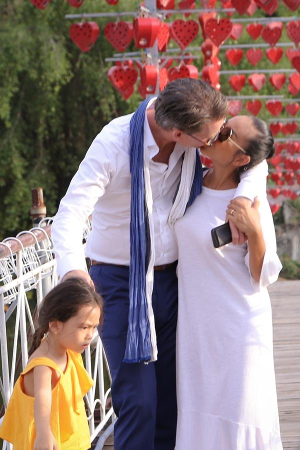 Vợ chồng Đoan Trang hôn nhau tình cảm trước mặt con gái - 1