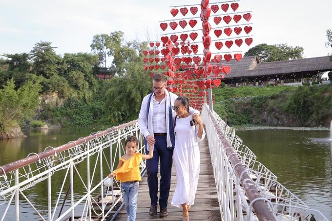 Vợ chồng Đoan Trang hôn nhau tình cảm trước mặt con gái