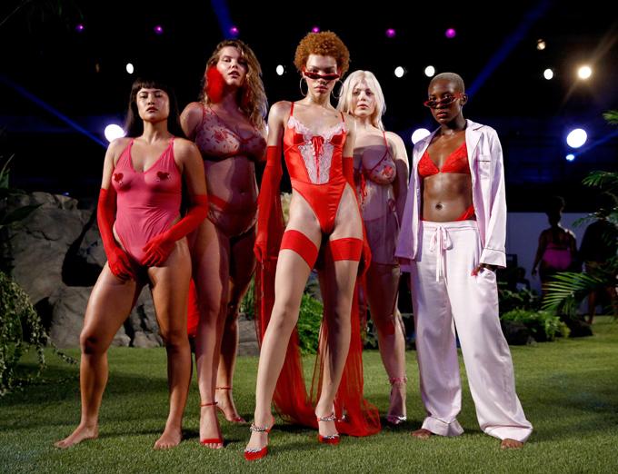 Dàn mẫu Savage x Fenty lần này có nhiều gương mặt không phải model chuyên nghiệp. Họ là những vũ công hoặc ngẫu nhiên được tuyển lựa ngay trên đường phố. Qua đó, Rihanna muốn truyền tải thông điệp thời trang dành cho tất cả, đồng thời thay đổi cái nhìn về chuẩn mực của sự sexy.