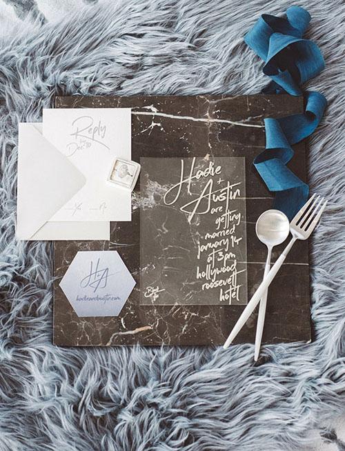 Một cách khác để tạo dấu ấn cho thiệp cướimica là sử dụng khoảng trống lớn và viết nội dung bằng mực acrylic. Phông chữ viết tay được sử dụng giúp tấm thiệp có nét mới lạ, độc đáo.