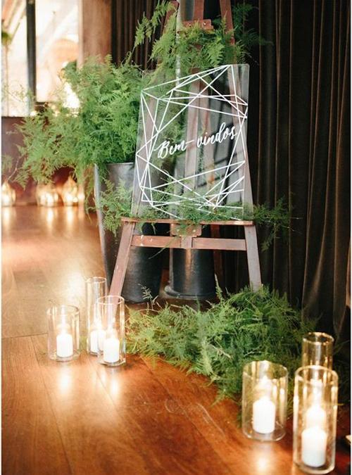 Bảng chỉ dẫn được trang trí bởinhững khối hình đa giác được sắp xếp ngẫu hứng và đặt ở bênngoài sảnh tiệc.
