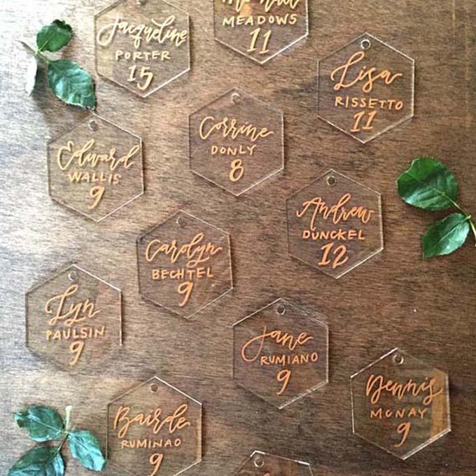 Thay vì chọn các hình khối truyền thống, cô dâu chú rể có thể chọn khối đa giác bằng mica đểthông báo chỗ ngồi của khách mời.