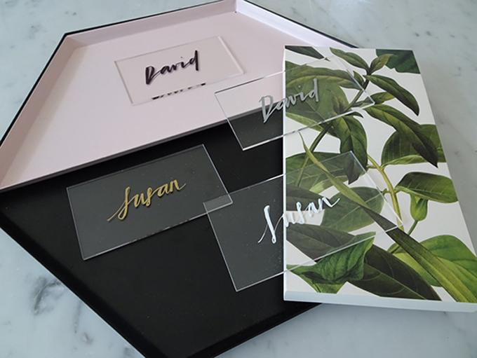 Uyên ương đặt bảng tên bằng micacủa khách mời ở mỗi bàn tiệc, vừa để khách không nhầm chỗ ngồi và là món quà lưu niệm cho khách sau khi tiệc cưới kết thúc.