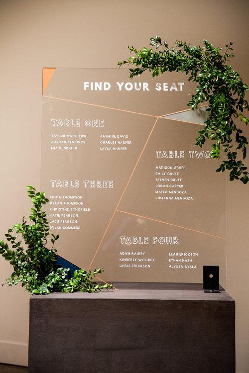 Bảng thông báo được thiết kế hiện đại với các mảng miếng rõ ràng, phông chữ cứng và đậm nét giúp khách mời dễ dàng tìm được chỗ ngồi của mình.