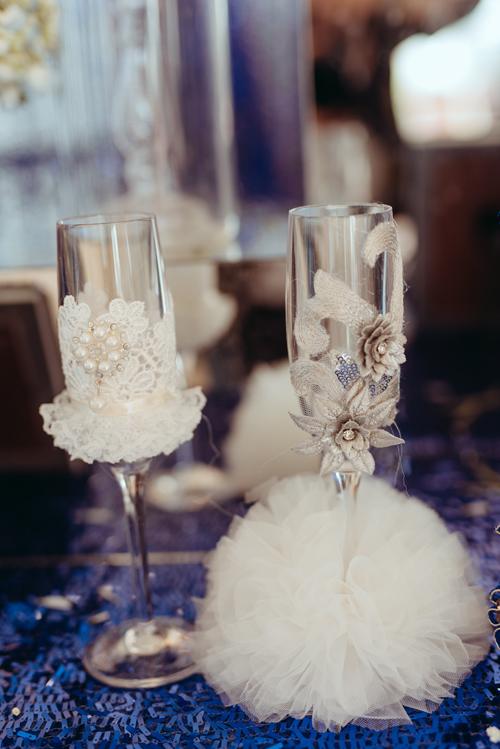 Những chiếc ly được chăm chút tỉ mẩn, được mặc áo quần từ vải ren, tuyn mô phỏng hình ảnh của cô dâu, chú rể.