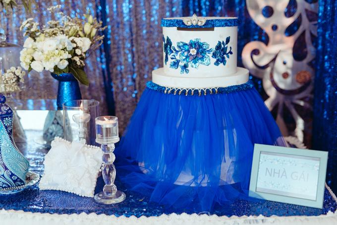 Hộp tiền mừng của hai nhà được cách điệu từ trang phục áo vest của nam và váy cưới của nữ.