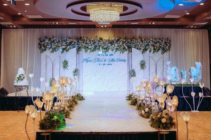 Khu vực sân khấu chính được bố trí những cột đèn hình hoa cách điệu, đem lại nét lãng mạn cho không gian.