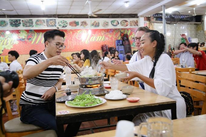 Êkípthưởng thức món lẩu tôm đặc sản của Biên Hòa. Chương trình Việt Nam tươi đẹp với chuyến đi về thăm quê của vợ chồng Đoan Trang phát songvào lúc 17h20 ngày 16/9 trên HTV9.