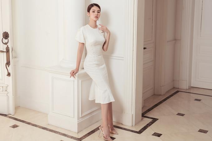 Jolie Nguyễn thay đổi hình tượng, hướng đến vẻ thanh lịch trong các trang phục dành cho các ci6 nàng công sở. Chiếc váy bút chì quen thuộc trở nên thu hút hơn nhờ những chi tiết đính kết điểm xuyết dọc theo thân trước.