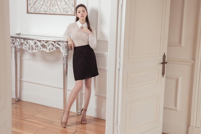 Gam màu trắng đen đơn giản và phù hợp với tính chất công việc công sở. Kiểu áo cổ áo sơmi