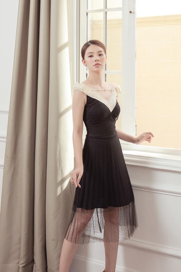 Phần ren phủ bên ngoài váy tạo sự uyển chuyển cho các cô gái khi di chuyển. Chi tiết đính kết ở cổ cũng là điểm nhấn quan trọng tôn nét duyên cho trang phục.