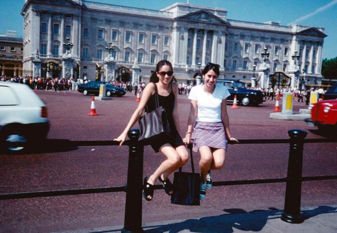 Meghan (váy đen), năm 15 tuổi, đi du lịch Anh với bạn thân Priddy và chụp ảnh kỷ niệm trước Điện Buckingham. Ảnh: Splash News.