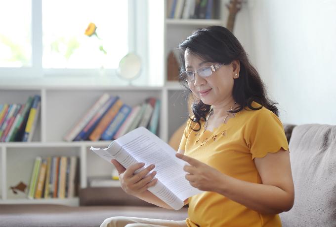Chị Phương Ngọc chăm chú đọc kịch bản để chuẩn bị cho vai diễn. Chị cho biết muốn theo đuổi nghiệp diễn viên từ ngày c òn trẻ nhưng chưa có thời gan thực hiện.
