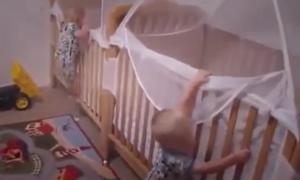 Cặp song sinh tự leo vào cũi ngủ khi đến giờ