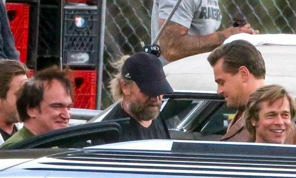Ba người trò chuyện vui vẻ trong thời gian nghỉ giải lao.