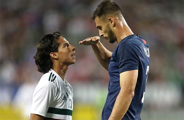 Matt Miazga đưa tay đo chiều cao của Diego Lainez. Ảnh: AFP.