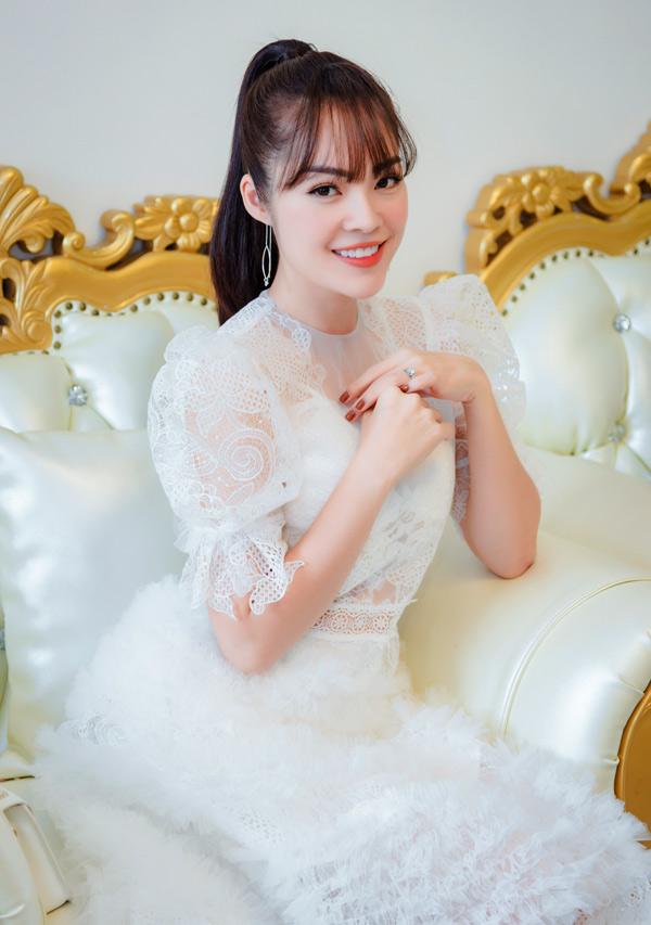 Dương Cẩm Lynh cho biết tháng 10 tới phim truyền hình Nợ giang hồ do cô đóng vai chính sẽ lên sóng. Hiện nữ diễn viên tập trung chăm sóc con trai và làm việc chăm chỉ để quên đi vết thương lòng.