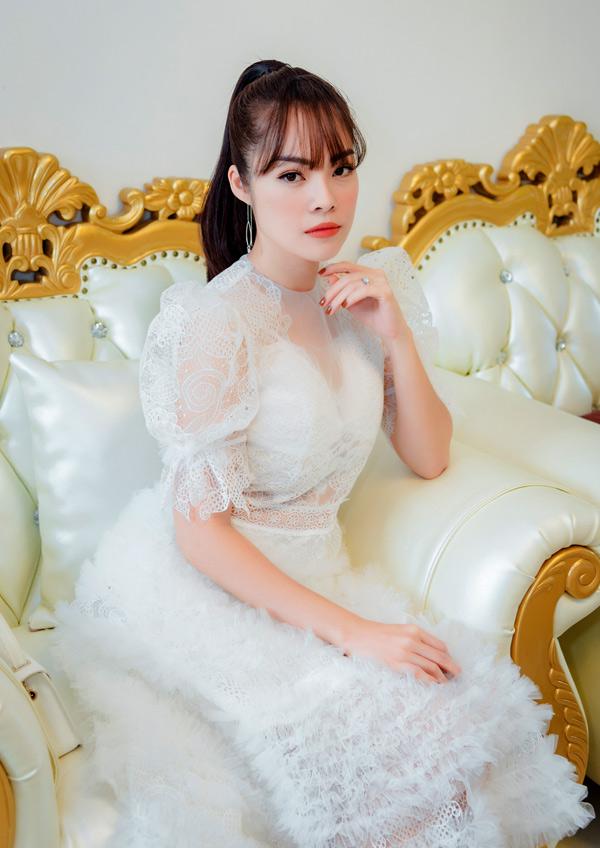 Ở tuổi 36, Dương Cẩm Lynh thừa nhận, làm lại từ hai bàn tay trắng là rất khó khăn nhưng cô tin với bản năng làm mẹ, cô sẽ vượt qua tất cả để lo cho con trai một cuộc sống đủ đầy. Người đẹp tiết lộ, cô không nhận bất cứ tài sản gì từ chồng Việt kiều, sau khi chia tay.