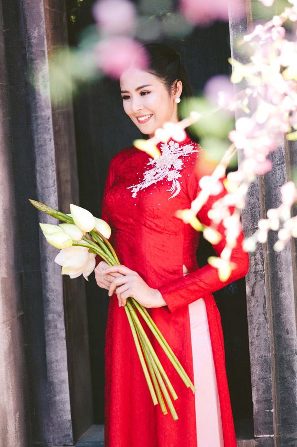 Hoa hậu làm mẫu trong bộ sưu tập áo dài dành cho cô dâu trong ngày cưới