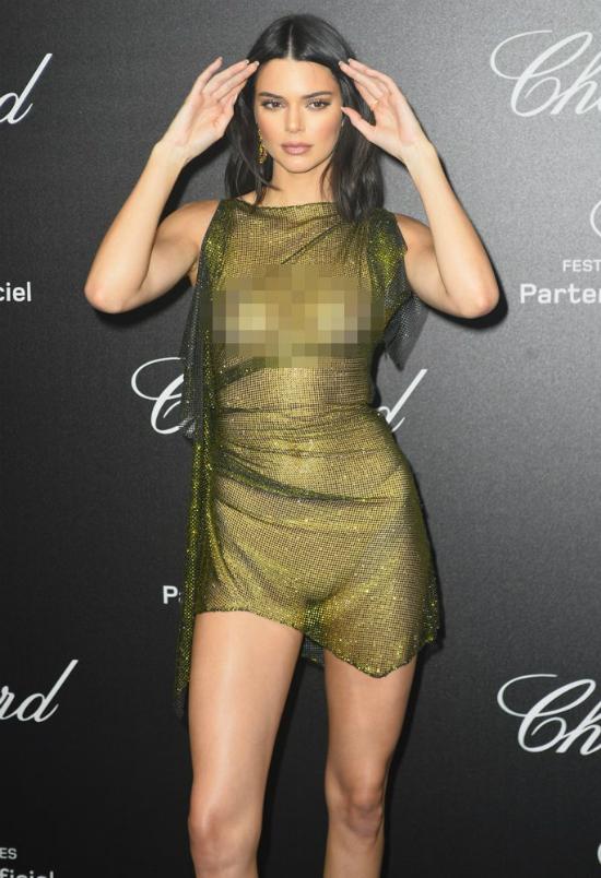 Tại bữa tiệc Chopard cũng thuộc khuôn khổ Liên hoan phim Cannes 2018, chân dài khiến khán giả phải đỏ mặt khi tiếp tục diện một thiết kế lộ hoàn toàn vòng một.