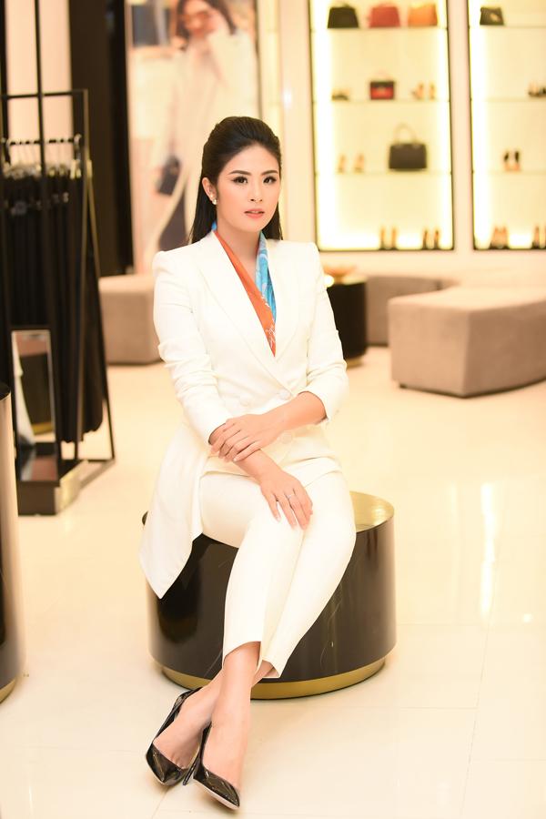 Hoa hậu Ngọc Hân cũng có mặt trong chương trình với cây vest trắng. Người đẹp sử dụng khăn có màu sắc rực rỡ để bộ cánh thêm phần ấn tượng.