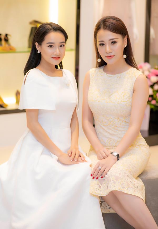 Trong sự kiện, người đẹp Tuổi thanh xuân có dịp hội ngộ và đọ nhan sắc bên Phương Oanh Quỳnh búp bê. Đây là lần đầu tiên hai diễn viên trò chuyện với nhau ở ngoài đời.
