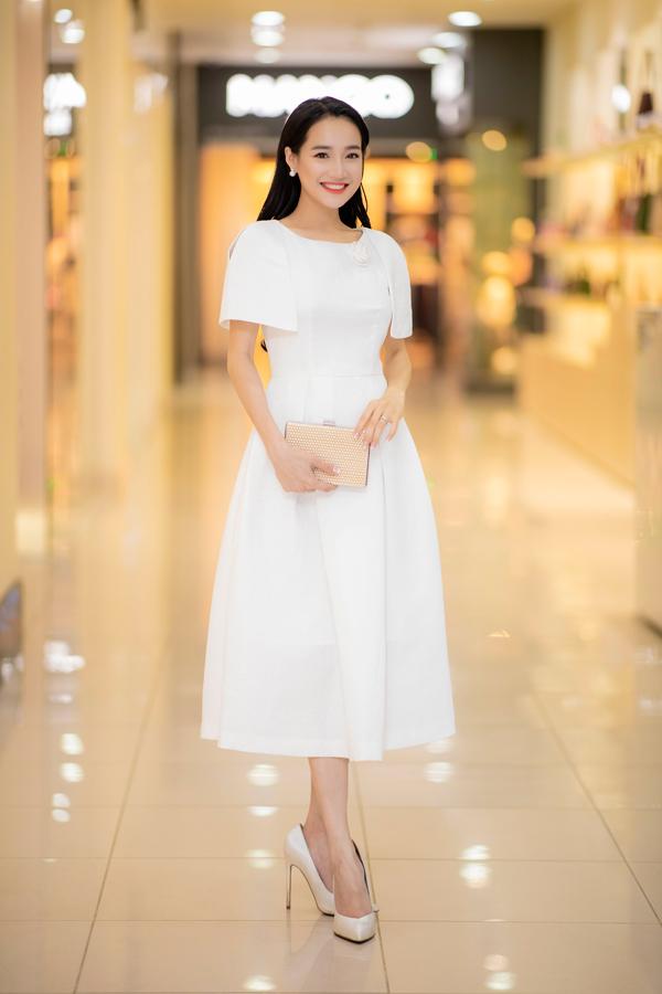 Mặc dù hơn 10 ngày nữa lên xe hoa với hôn phu Trường Giang nhưng Nhã Phương vẫnbay ra Hà Nội dự event vào tối 13/9. Nữ diễn viên xuất hiện trong bộ cánh màu trắng thanh lịch, vẻ mặt rạng rỡ, tươi cười.