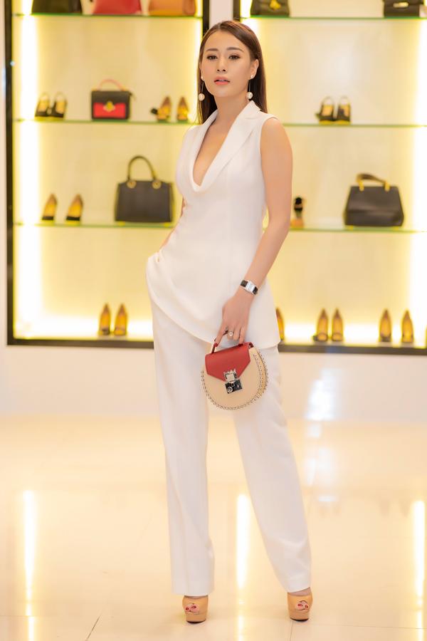 Phương Oanh diện trang phục trắng với phần ngực khoét sâu, lấp ló vòng 1 sexy. Nhờ độ hot của phim Quỳnh búp bê, cô liên tục trúng show quảng cáo và dự event ở khu vực miền Bắc.