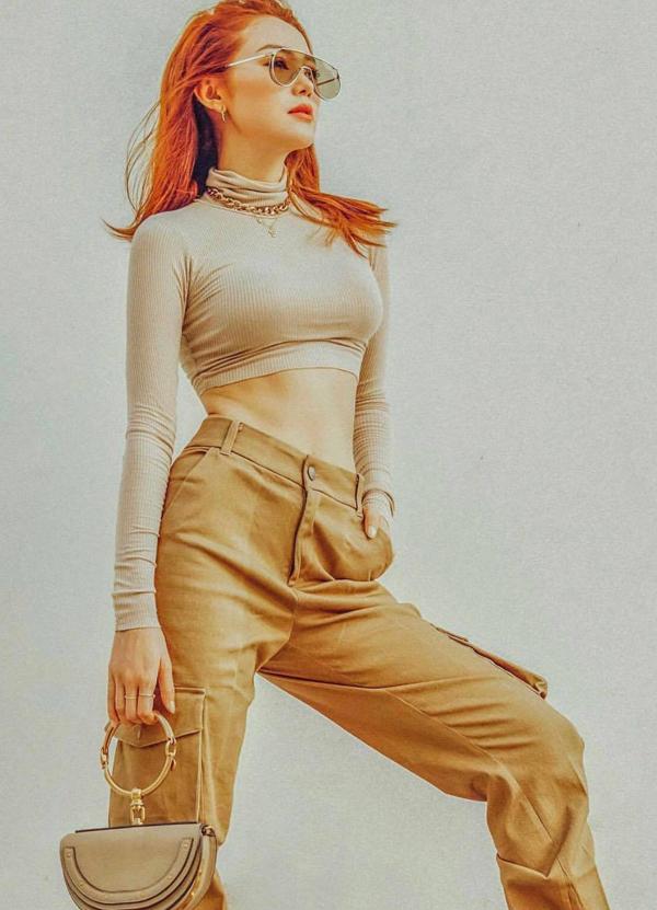 Ngoài các phom dáng túi xách tay cỡ trung của Hermes, Chanel... Minh Hằng cũng chọn thêm túi bán nguyệt bắt mắt của Chloe để thay đổi.