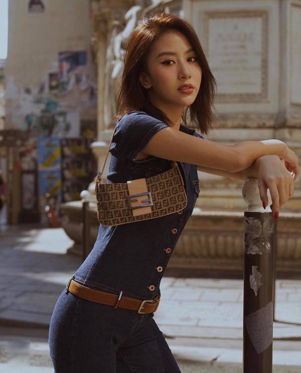 Những mẫu túi xinh xắn, đựng vừa điện thoại, ví tiền, son, thẻ ATM cũng được Quỳnh Anh Shyn yêu thích ở mùa này.