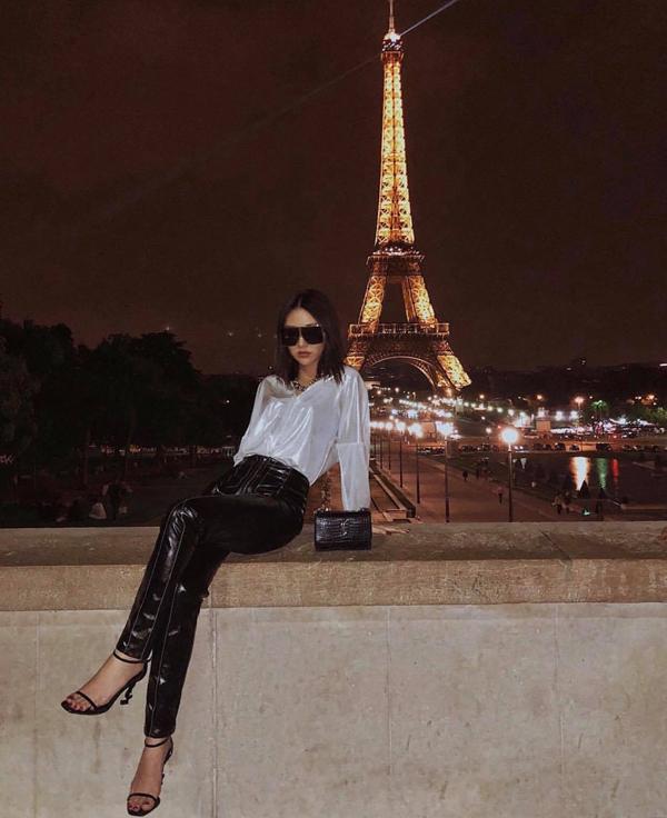 Quỳnh Anh Shyn phối đồ trắng đen hài hoà với các món phụ kiện hàng hiệu đén từ thương hiệuYves Saint Laurent.