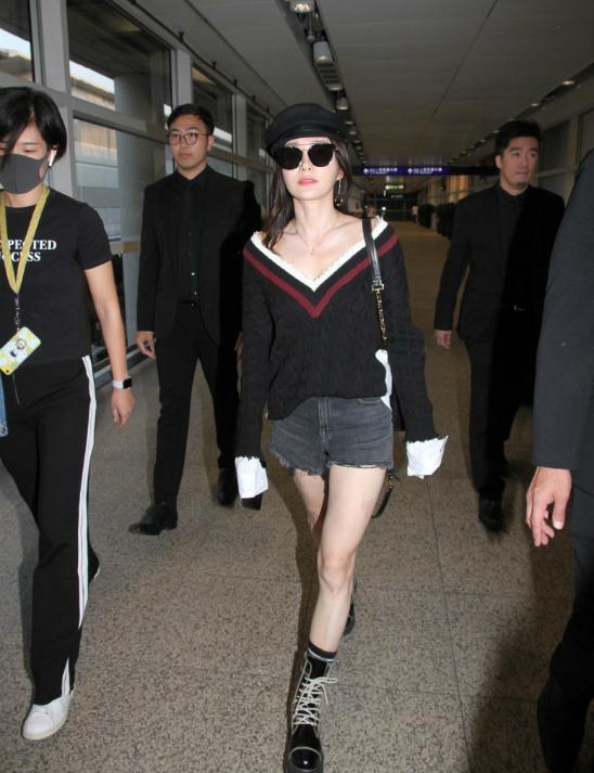 Trước đó, mỹ nhân Trung Quốc ăn mặc khỏe khoắn, cá tính khi xuất hiện tại sân bay. Tần Lam là người Thẩm Dương, cô tham gia một số phim như Kiến đảng vĩ nghiệp,  Nam Kinh, Cuồn cuộn hồng trần..
