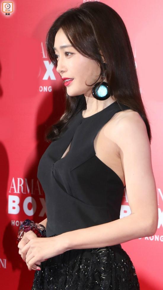 Nữ diễn viên diện trang phục bó, môi đỏ gợi cảm, gương mặt xinh đẹp rạng rỡ.