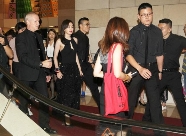 Sau sự kiện, Tần Lam rời đi trong vòng vay bảo vệ, khán giảở hai bên hành langthi nhau chụp hình cô.