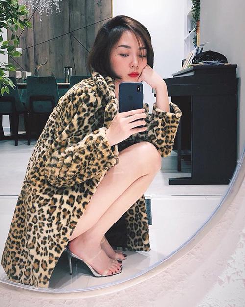 Tóc Tiên diện áo khoác dài, tạo dáng selfie.