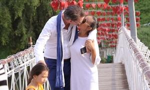 Vợ chồng Đoan Trang hôn nhau trước mặt con gái