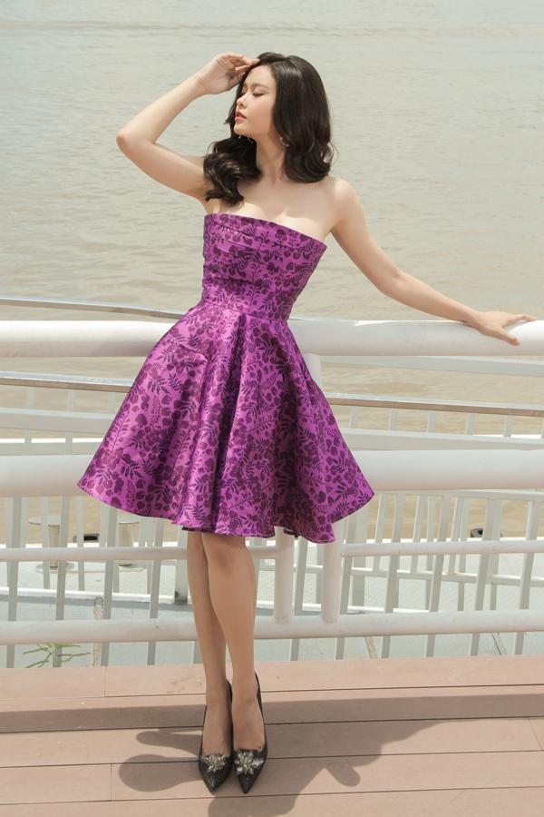 Nhà thiết kế sử dụng các tông màu trắng, hồng nude, tím để khai thác vẻ đẹp nữ tính và ngọt ngào cho người mặc.