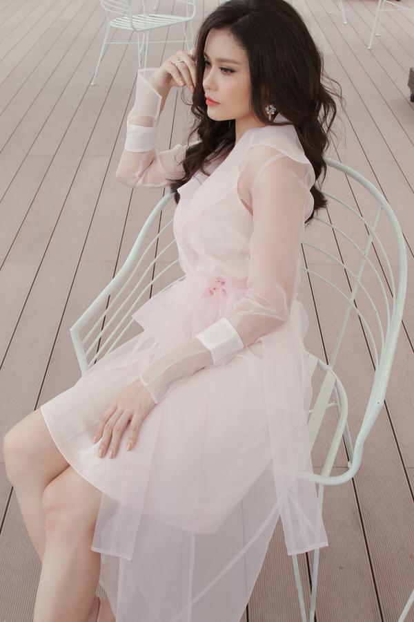 Xuất hiện trong bộ ảnh thời trang giới thiệu các mẫu váy mới của nhà mốt Việt, Trương Quỳnh Anh được xây dựng hình ảnh nhẹ nhàng, phù hợp với phong cách mùa thu.