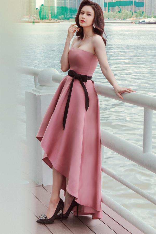Trang phục đi tiệc dành cho các nàng có vòng 1 gợi cảm và bờ vai thon gọn. Đi đôi với phần cúp ngực tôn vẻ đẹp sexy là chi tiết dây lưng vải thắt nơ điệu đà.