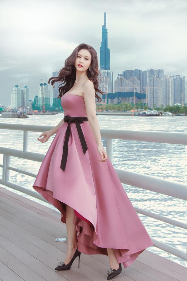 Nhà thiết kế sử dụng lụa tím và hồng phối hợp cùng nhau để tạo nên bộ cánh xếp chồngnhiều lớp.