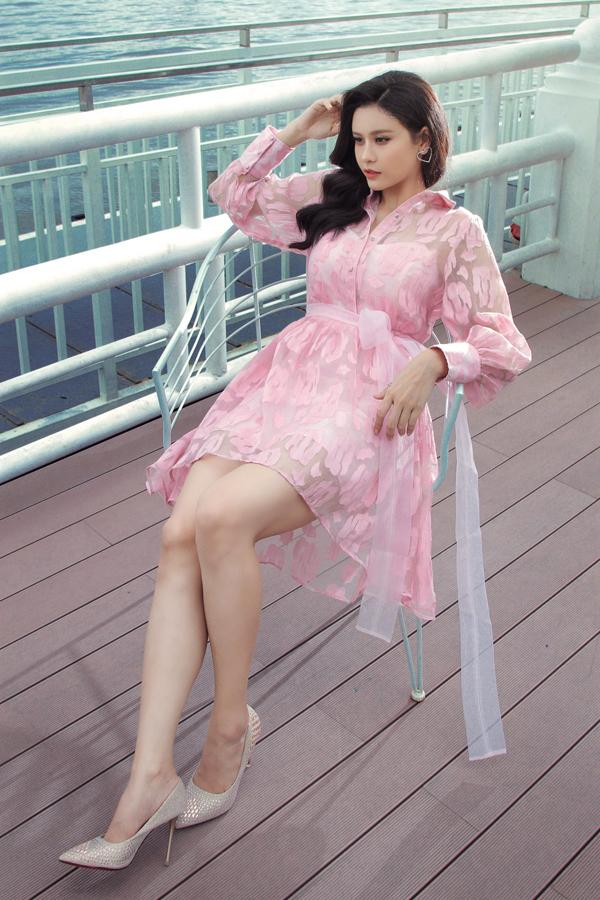Vải trong suốt, vải xuyên thấu được sử dụng một cách hợp lý để mang đến mẫu váy khai thác khoảng hở chừng mực.