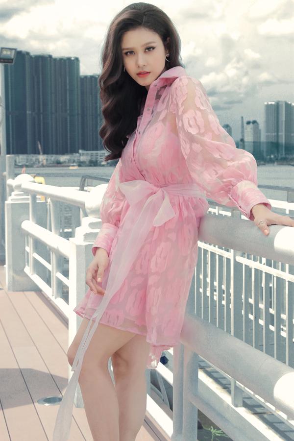 Bộ ảnh được thực hiện với sự hỗ trợ của nhiếp ảnhHoàng Phúc, trang điểm và làm tóc Mid Nguyễn,assistantNancy.