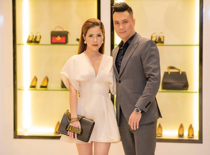 Diễn viên Việt Anh và bà xã trốn con trai để chạy show. Vợ nam diễn viên Người phán xử đã lấy lại được thân hình sau khi sinh nở.