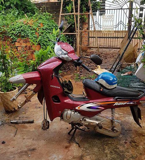 Chiếc xe máy bị trộm mất 2 bánh.