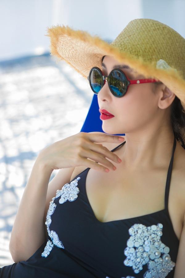 Hà Kiều Anh mặc áo tắm khoe dáng vóc tuổi 42