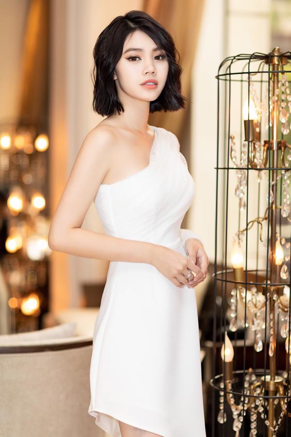 Jolie Nguyễn mặc váy lệch vai gợi cảm của nhà thiết kế Lê Ngọc Lâm, khoe nhan sắc tươi trẻ ở tuổi 21.