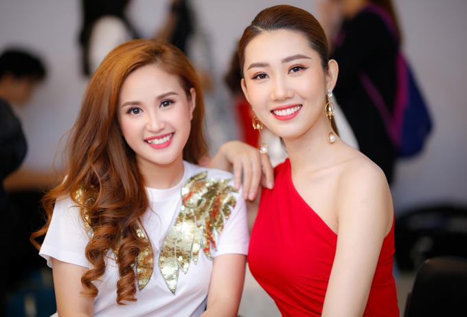 Phương Hằng (trái) và Thúy Ngân rạng rỡ đi ghi hình gameshow thử thách kiến thức tổng hợp của các nghệ sĩ.