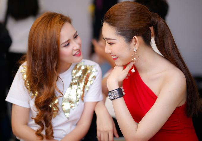 Hai diễn viên đóng vai chị em ruột trong phim truyền hình ăn khách Gạo nếp, gạo tẻ nên rất thân nhau. Họ trò chuyện tíu tít trong lúc chờ đến giờ quay hình.