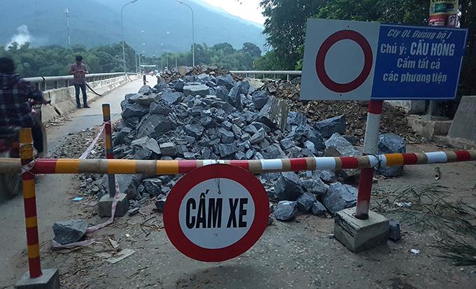 Cơ quan chức năng cấm đường, không cho phương tiện cơ giới qua cầu La Hán sau sự cố.
